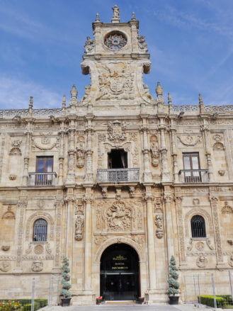 Haupteingang in den Convento de San Marcos in León, in dem heute u.a. ein Luxushotel untergebracht ist