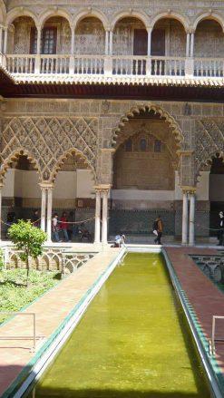 Wasserbecken vor dem Palast von Pedro I.