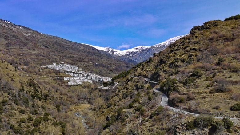 Das Bergdorf Trevélez in den Alpujarras vor der schneebedeckten Sierra Nevada