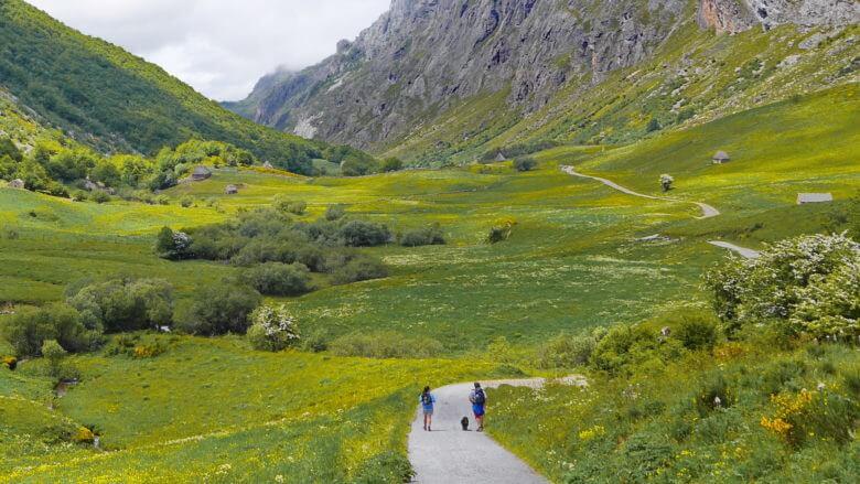Naturpark Somiedo: Wanderer auf Weg durch das Tal