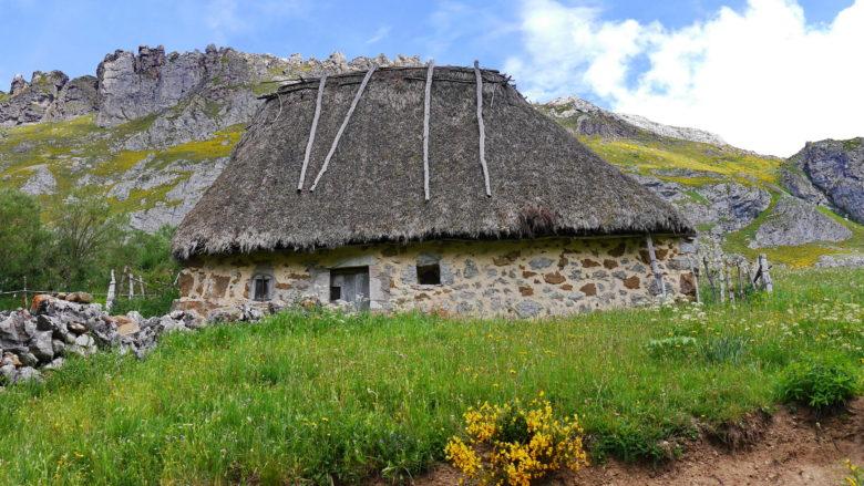 Ein Teito, für das Tal typische Bauernhaus im Naturpark Somiedo