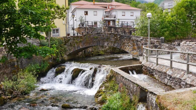 Brücke über den Bergbach Somiedo im Dorf Pola de Somiedo