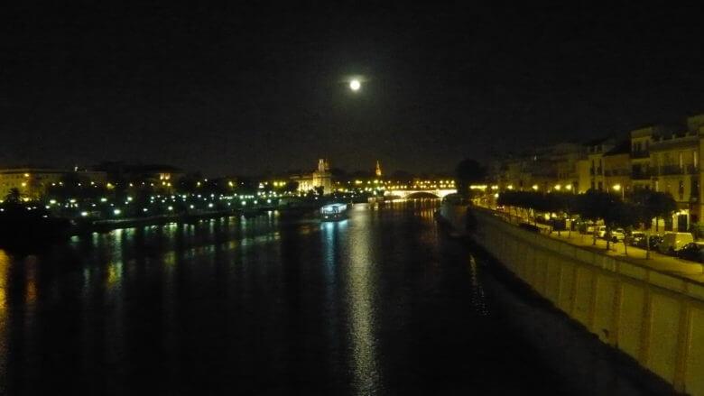 Nächtlicher Blick von der Puente der Triana auf Sevilla