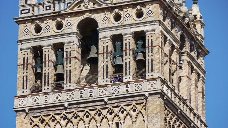 Besucher drängen sich in der Galerie der Giralda in Sevilla
