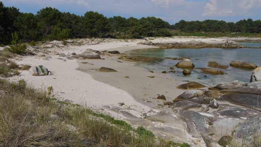 Sand und Felsen in einer Bucht im Carreirón Naturpark