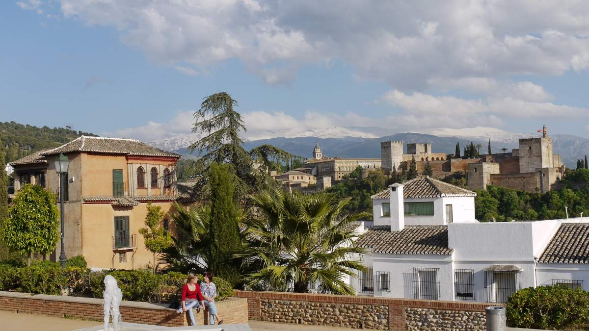 Blick vom Mirador de San Nicolás auf die Alhambra und die Sierra Nevada