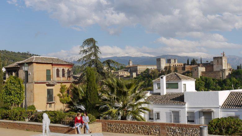 Blick vom Mirador de San Nicolás auf die Alhambra und die Sierra Nevada (Granada, Andalusien)