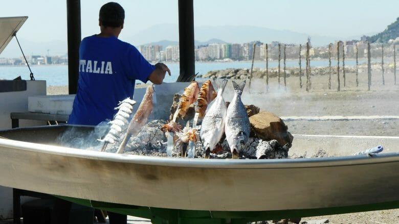 Gegrillte Sardinen am Strand von Pedregalejo (Málaga)