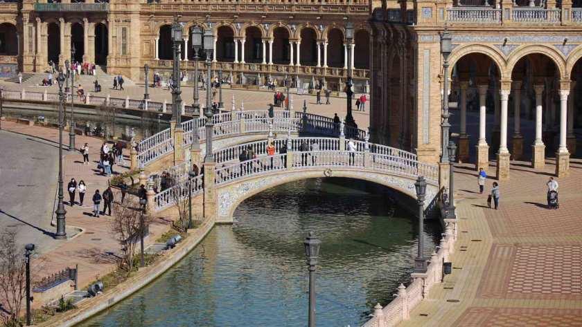 Vier Brücken überspannen den Kanal rund um die Plaza de España