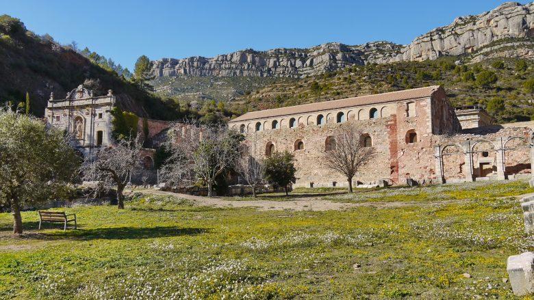 Klosterruine Cartoixa d'Escaladei vor der Sierra de Montsant