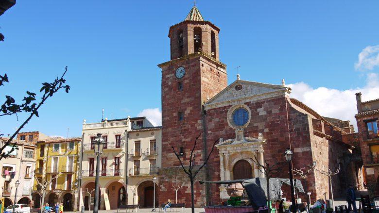 Hauptplatz der 'roten Stadt' in den Muntanyes de Prades