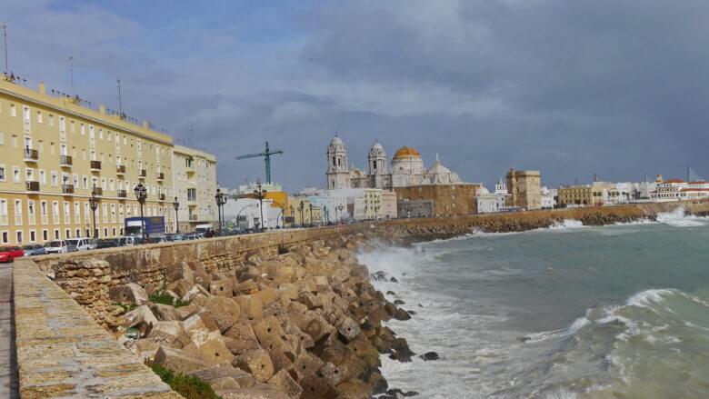 Wogen schlagen an die Ufermauer von Cádiz