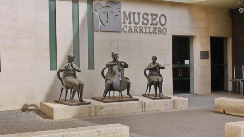 Skulpturen der Bildhauers José Carrilero Gi vor dem Museum, das seinem Werk gewidmet ist