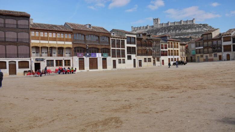Plaza del Coso mit der Burg von Peñafiel im Hintergrund