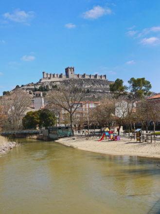 Blick vom Fluss Duratón auf das Kastell von Peñafiel