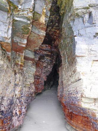 Tiefer Spalt im Felsen