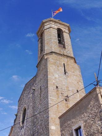Turm der Kirche Sant Pere mit der Flagge von Katalonien