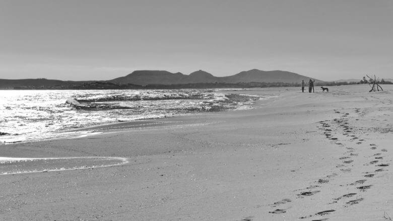 Einsamer Strand im Oktober mit der Bergkette des Montgrí im Hintergrund