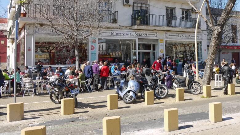 Unter der Frühlingssonne auf der Alameda de Hércules in Sevilla