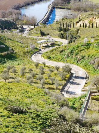 Eine gewundene Straße führt hinab zur Puente Romano