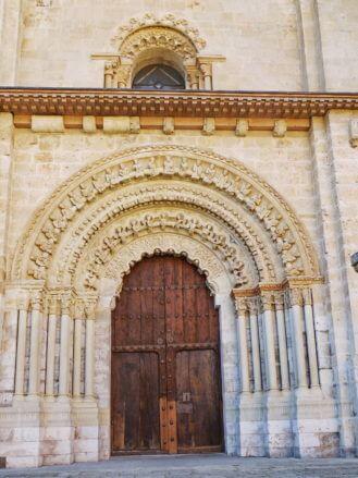 Das romanische Nordportal der Kirche Santa María in Toro