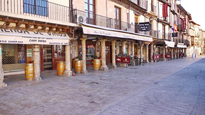 Arkaden schützen an der Plaza Mayor von Toro vor Sonne und Regen