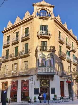 Modernistische Architektur in der Carrer Miguel de Cervantes in Tortosa