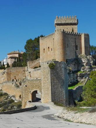 Die Burg von Alarcón mit dem quadratischen Hauptturm (heute ein Parador)