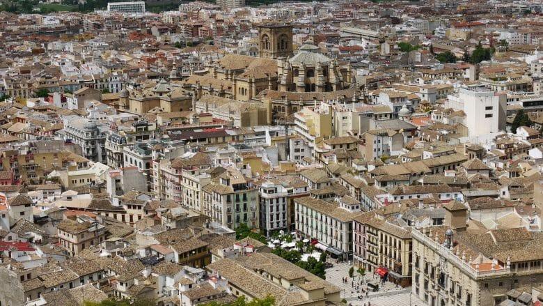Blick auf die Unterstadt mit der Kathedrale von Granada