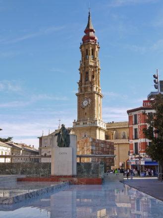 Die Kathedrale La Seo mit dem Goya Denkmal in Zaragoza