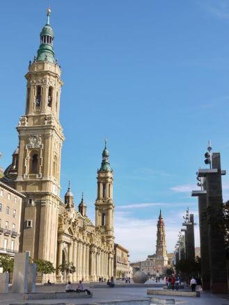 Die Plaza de Nuestra Señora del Pilar mit den beiden Kathedralen von Zaragoza