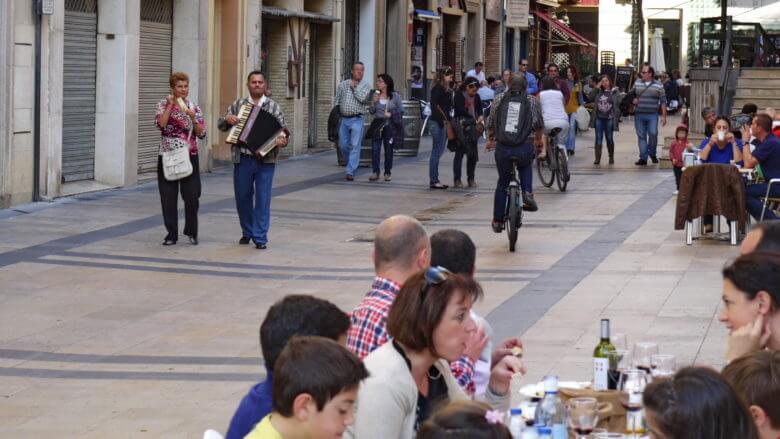 Straßenszene mit Musikern in der Altstadt von Zaragoza