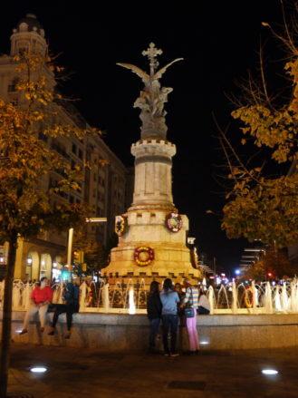 Nächtlicher Blick auf die Plaza de España in Zaragoza