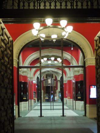 Eingang zur Universitätsbibliothek von Zaragoza
