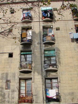 Hausfassade in der Altstadt von Barcelona