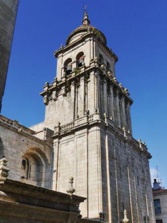 Der mächtige Turm der Kathedrale San Martín von Ourense