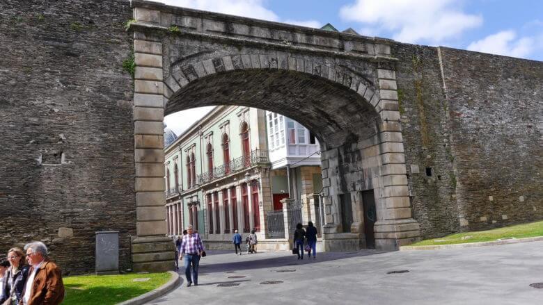 Das Stadttor Porta do Bispo Izquierdo