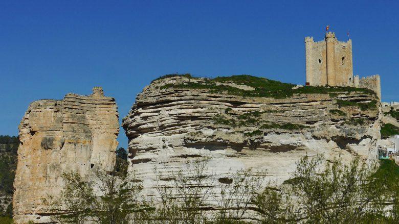 Die Burg von Alcalá del Júcar auf einem Kreidefelsen