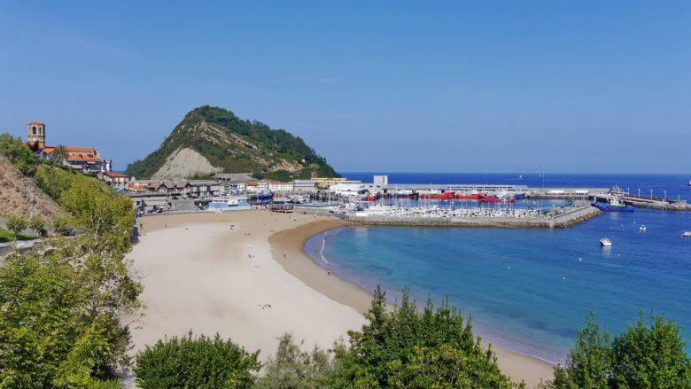 Die Playa de Malkorbe und Fischereihafen von Getaria (Baskische Küste)