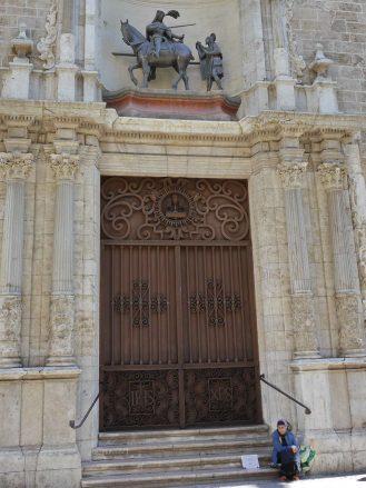 Bettlerin vor dem Eingang der Kirche San Martín