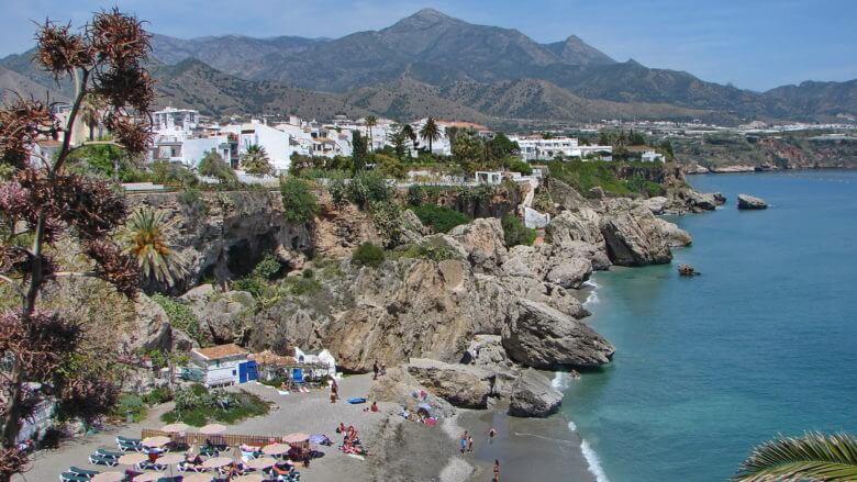 Blick vom Balcón de Europa: Playa Calahonda vor der Sierra de Tejeda