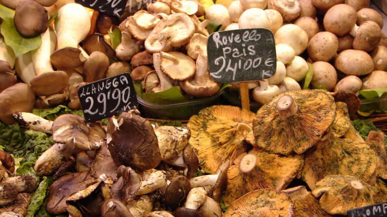 Frische Pilze in der Markthalle La Boqueria an den Ramblas