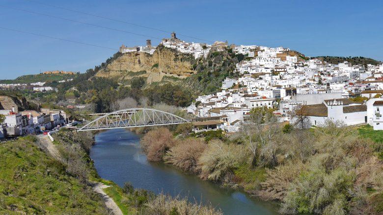 Der Fluss Guadalete umschlingt den Hügel mit der Altstadt von Arcos de la Frontera