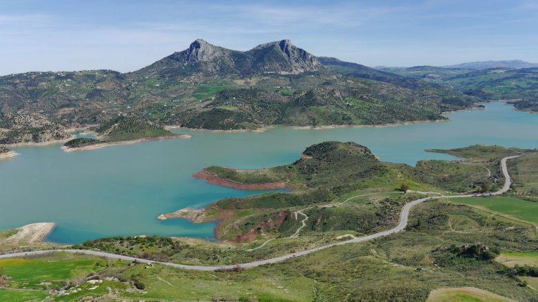 Die Berge Lagarín und Las Grajas vor dem Stausee von Zahara de la Sierra