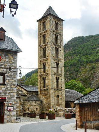 Turm der Kirche Santa Eulàlia in Erill la Val (UNESCO-Weltkulturerbe)