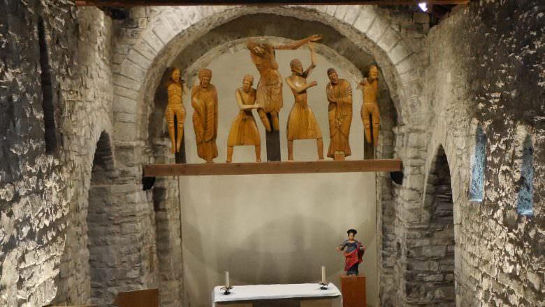 Die Figurengruppe in der Kirche von Erill la Vall stellt die Kreuzabnahme Jesu dar