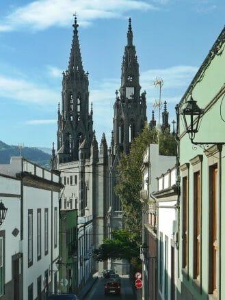 Die spitzen Türme der Kirche von Arucas auf Gran Canaria