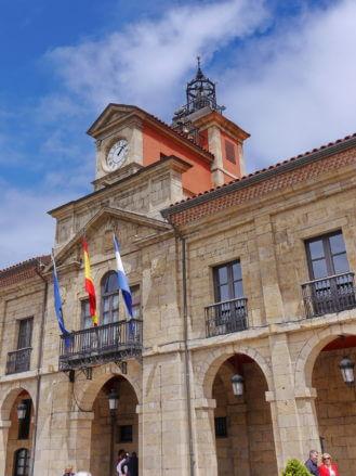 Der Uhrenturm des Rathauses von Avilés