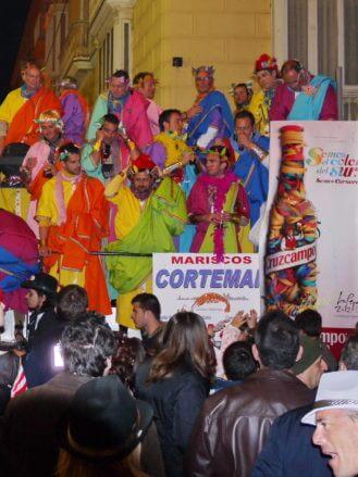 Chor, der durch die nächtlichen Straßen von Cádiz fährt