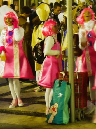 Nächtlicher Straßenkarneval in Cadiz